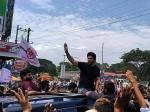 Fans Warm Welcome To Stylish Star Allu Arjun