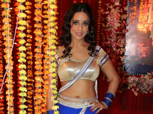 Mahi Gill's sizzling item song in Bullet Raja