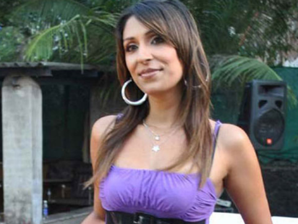 Former 'Bigg Boss' Contestant Pooja Misrra Assaulting The Staff Of A Store In Delhi