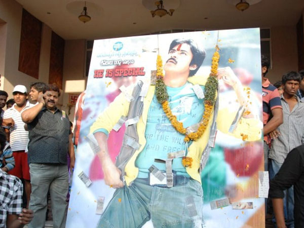 Pawan fans agitate at Chiru blood bank