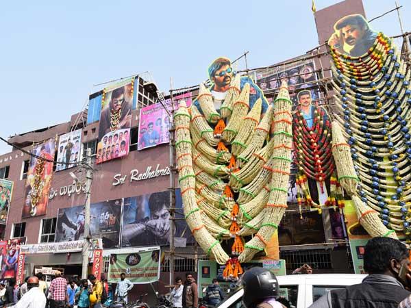 బెంగళూరులో ఖైదీ నెంబర్ 150 హంగామా: ఒక్క అభిమాని రూ. 4 లక్షలు !
