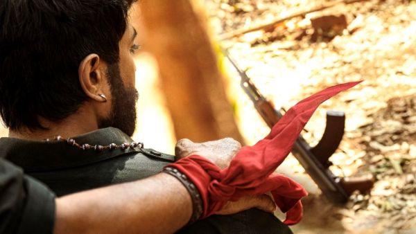 ఆచార్య నుంచి మరో పవర్ఫుల్ స్టిల్.. చరణ్ భుజంపై మెగాస్టార్ హ్యాండ్.. ఎదురుగా AK47