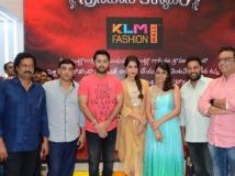http://telugu.filmibeat.com/img/2018/08/nithiin-raashi-khanna-srinivasa-kalyanam-team-601-1533980385.jpg