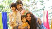 http://telugu.filmibeat.com/img/2020/03/gopichand-family-time-1584458978.jpg