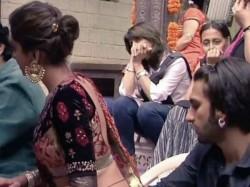Ranveer Singh Seeing Deepika Padukone Waist